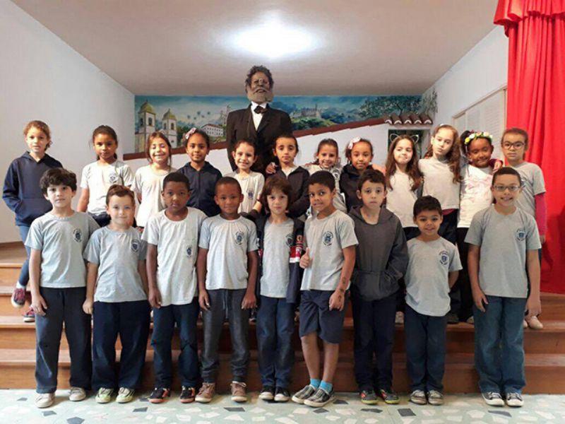 Alunos da Padre Quinha entrevistam Machado de Assis