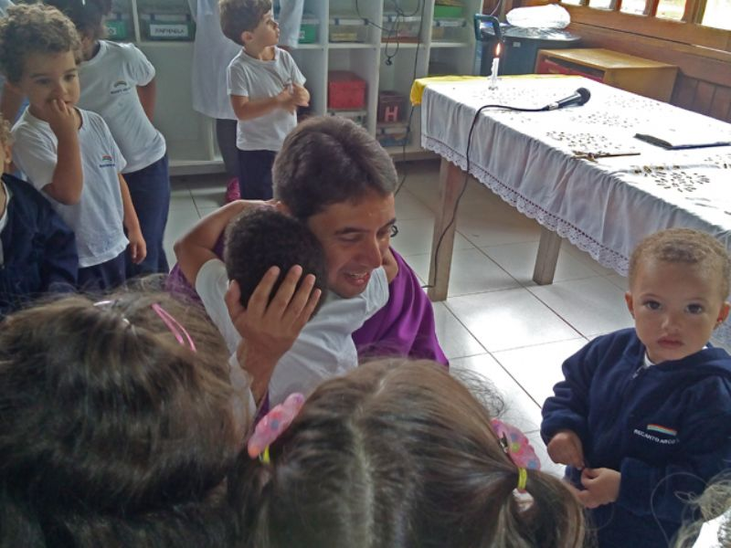 Crianças da Creche celebram com o padre André Luiz