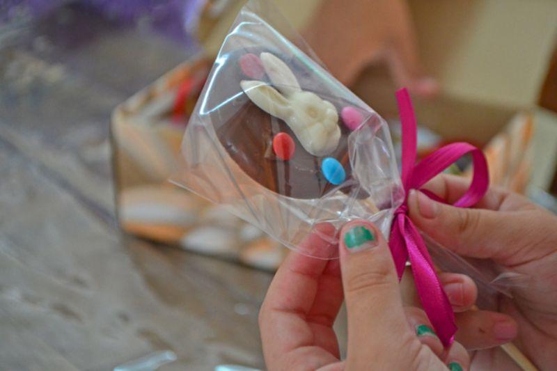 Produção de pirulito de chocolate na Oficina de Páscoa!
